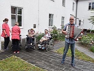 Musik gegen Corona: Alleinunterhalter zu Gast bei Regens Wagner Glött